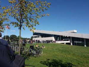 Vi venter uden for Moesgaard Museum - heldigvis i skønt, skønt vejr.