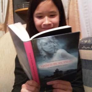 Jeg læser Kissed by an Angel - Kærlighedens magt, mens vi er på campingtur i Odense i efterårsferien.