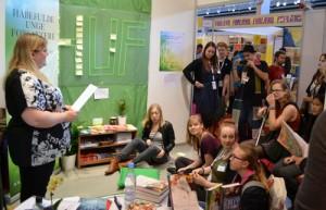 Nicole Boyle Rødtnes giver gode råd til Håbefulde Unge Forfattere - på HUFs stand.