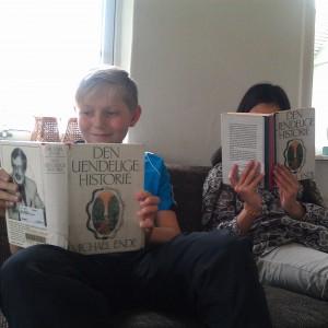 Daniel og jeg læser Den uendelige historie samtidig.