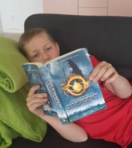 Jeg læser Divergent: Afvigeren af Veronica Roth