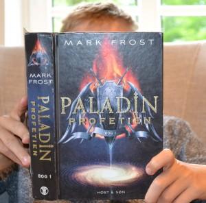 Jeg læser Paladin-profetien af Mark Frost.