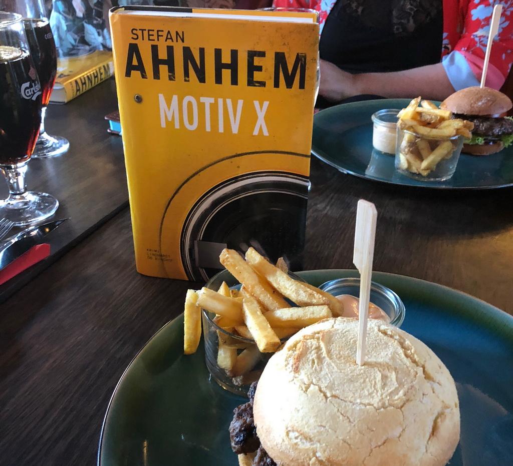 Motiv X af Stefan Ahnhem. Krimi og burgere på Cafe Stiften.