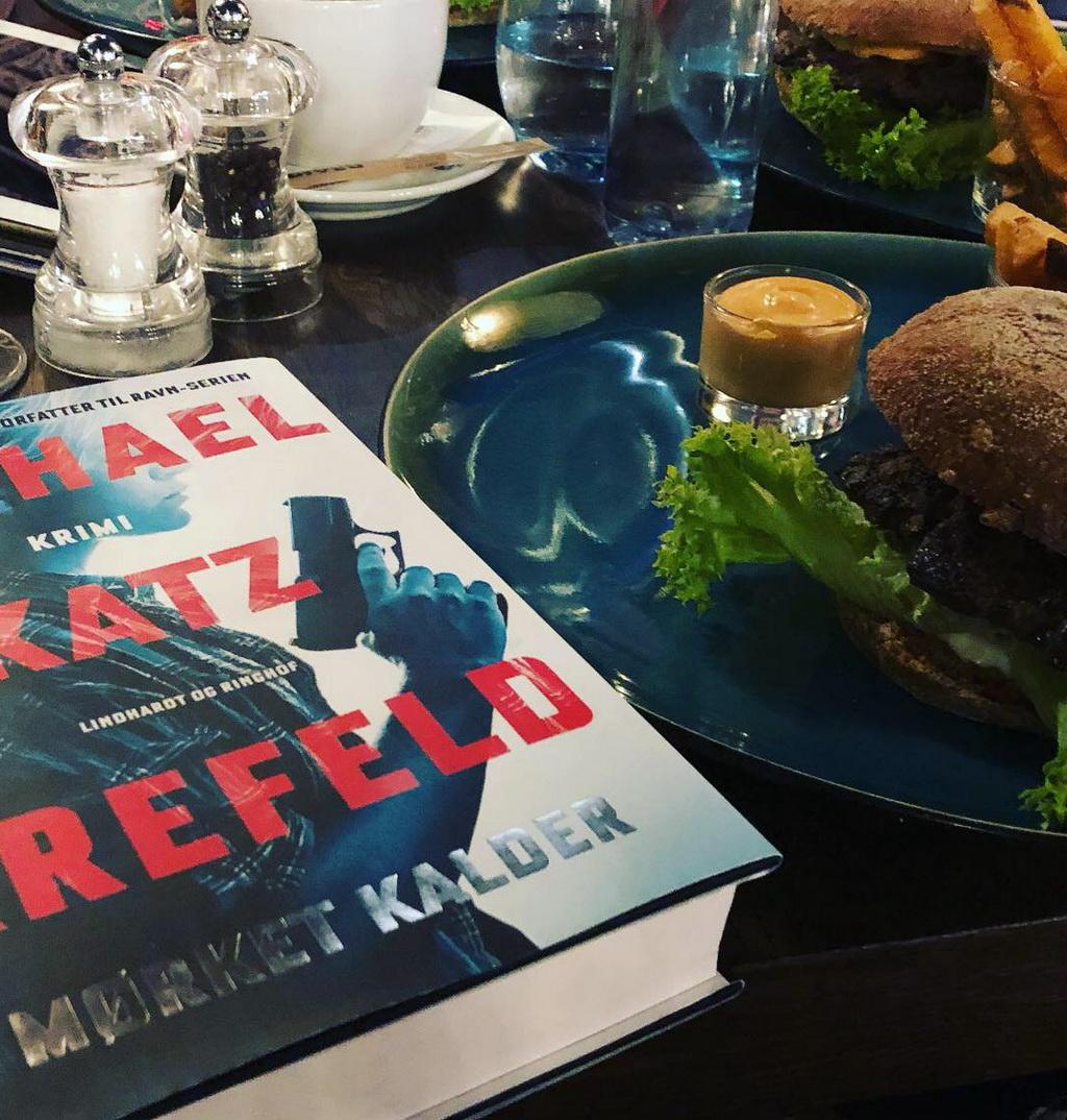 Mørket kalder af Michael Katz Krefeld - og en Cafe Stiften burger.