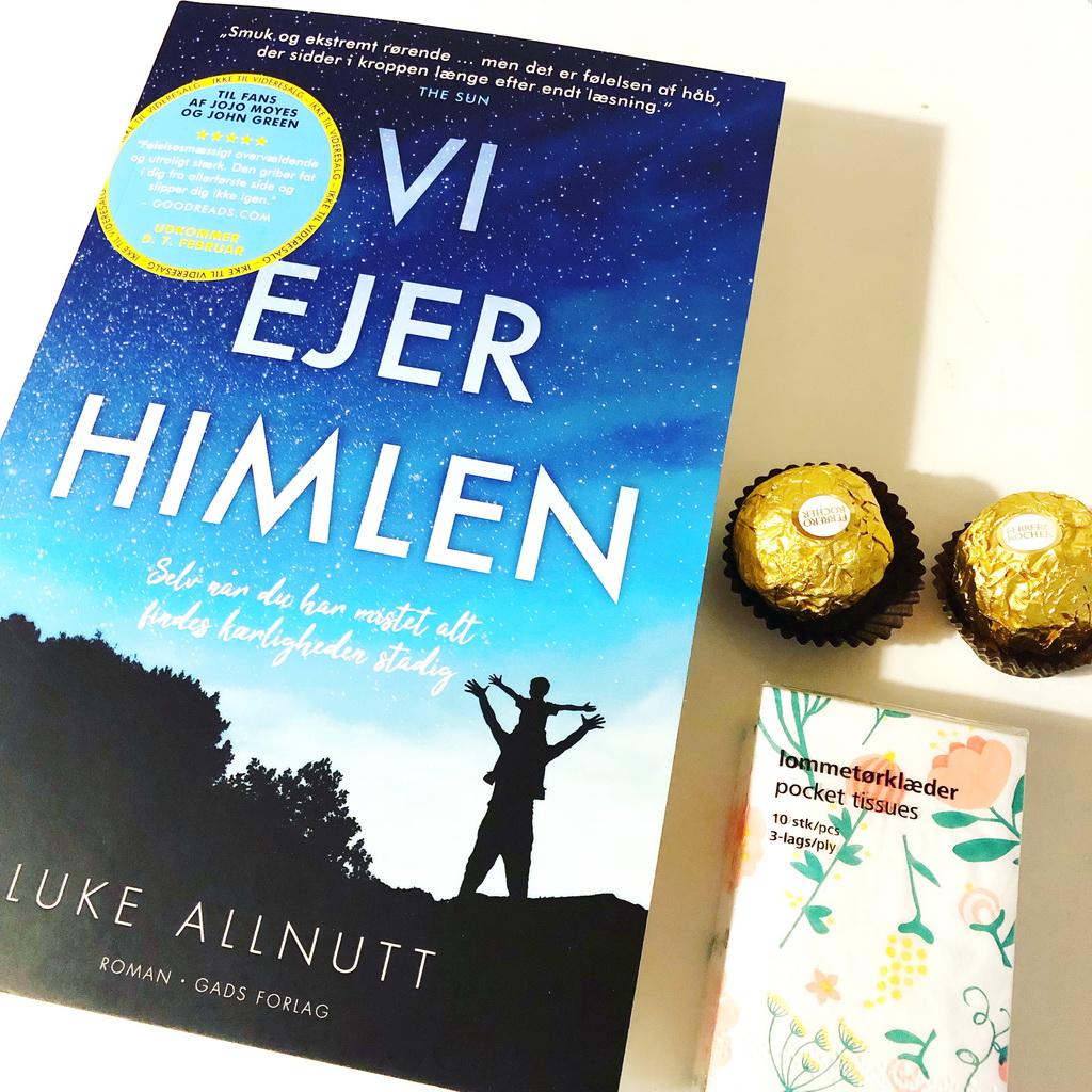 Vi ejer himlen af Luke Allnutt. Forlagets sendte en lille overlevelseskit med - og lommetørklæderne er der bestemt brug for.