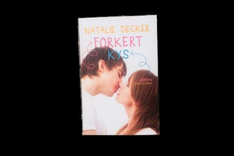 Forkert kys af Natalie Decker