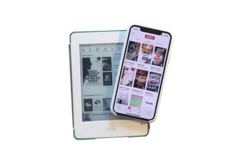 Billede af min kindle og min mobil, som viser Saxos app.