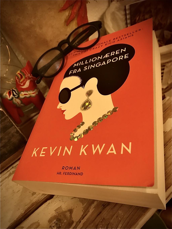 Billede af: Millionæren fra Singapore af Kevin Kwan. Billede taget af Susanne Henriksen.