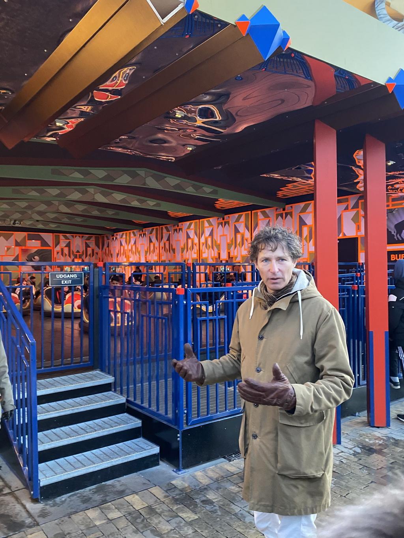 Billede af: Stefan Ahnhem foran radiobilerne i Tivoli