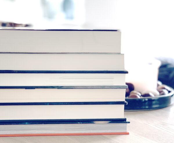 Billede af bogstak på Danske bogbloggere