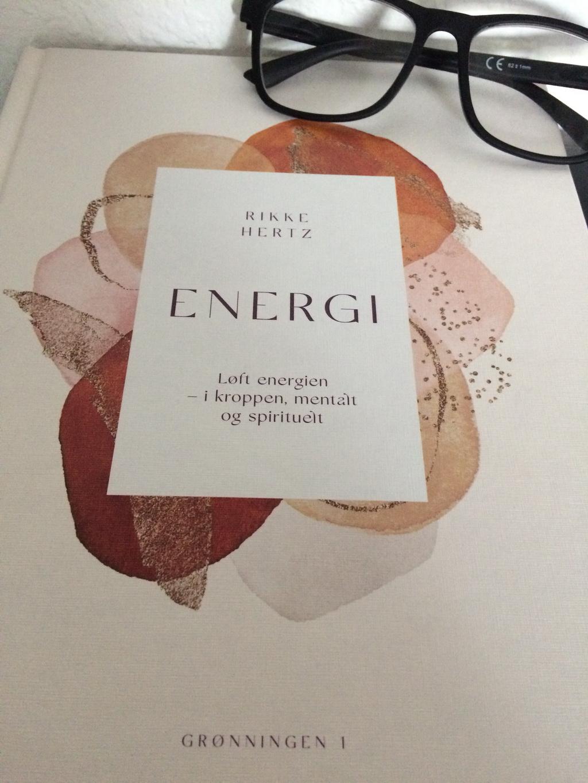 Energi: Løft energien - i kroppen, mentalt og spirituelt af Rikke Hertz. Billedet er taget af Maria Wendt.